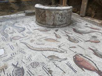 mosaico romano com fundo marinho